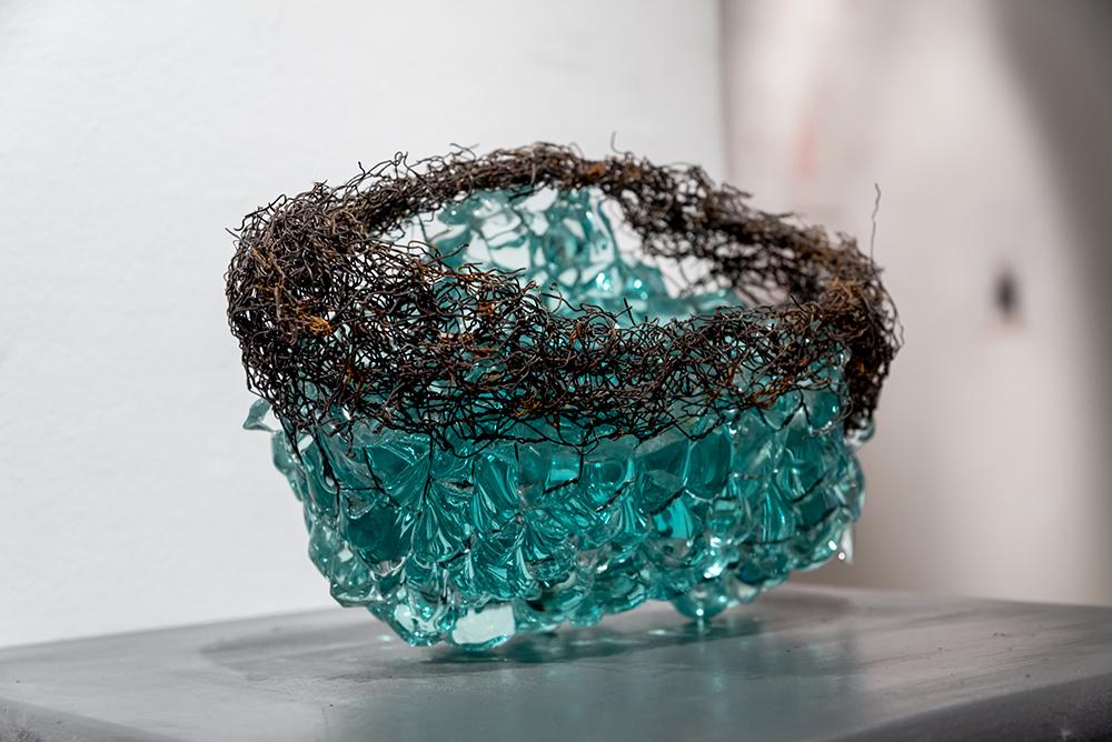 escultura de vidrio y alambre
