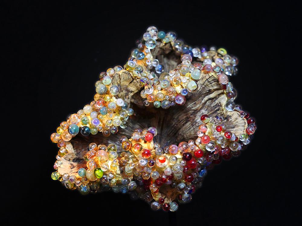 Valerie Rey Escultura de madera y cuentas de vidrio