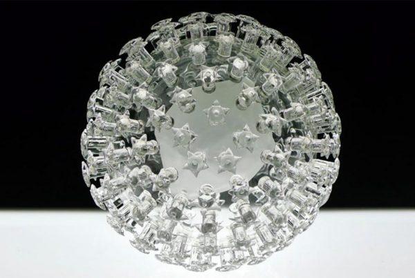 Luke Jerram COVID-19 (coronavirus) Glass Art - Microbiología
