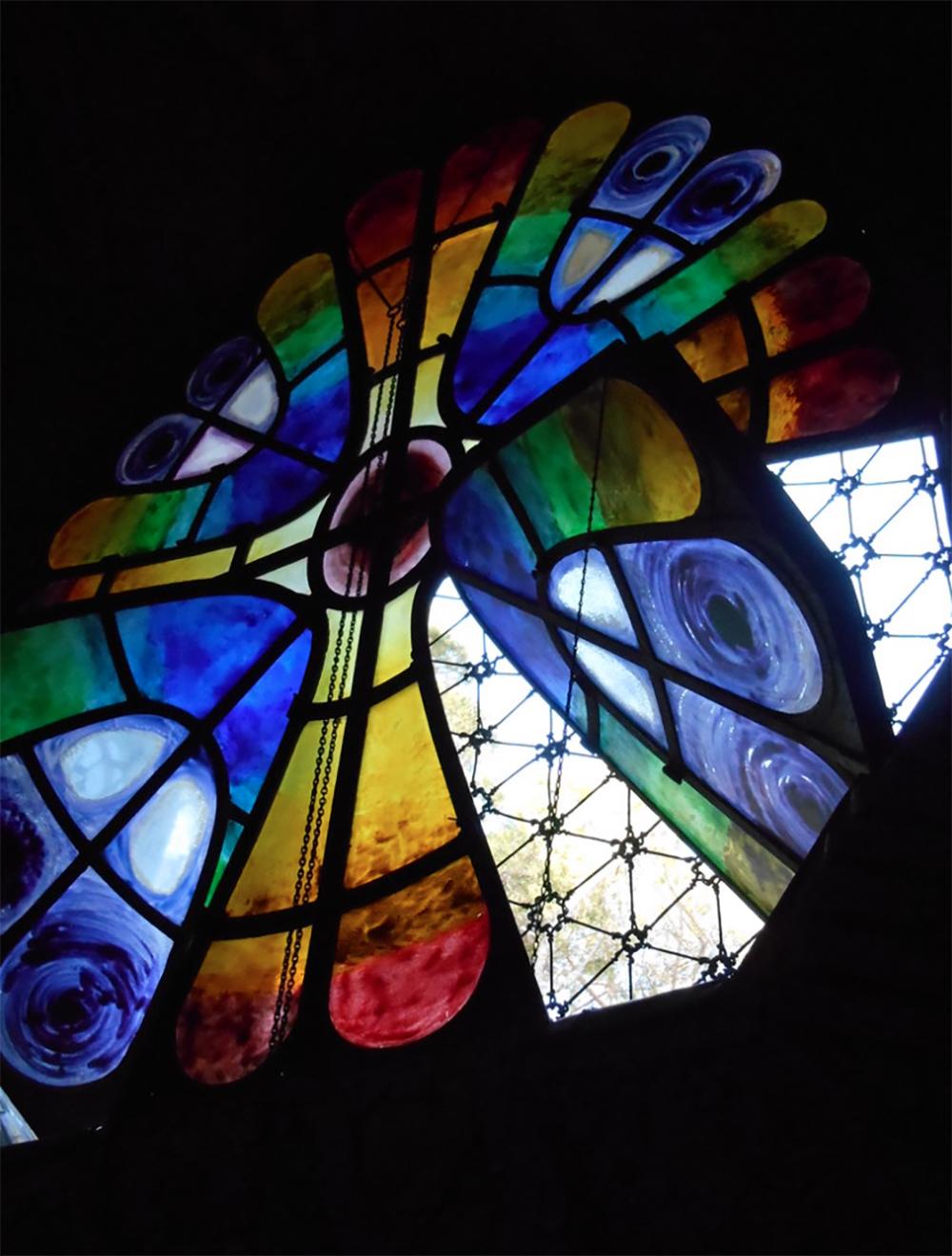 Colonia Güell Vidrieras Vitrales Jujol Gaudí Barcelona