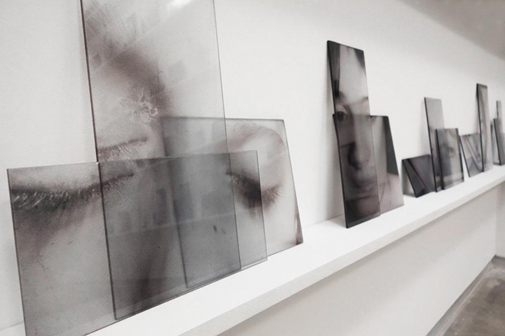 Carolina Magnin Instalaciones en vidrio y fotografía